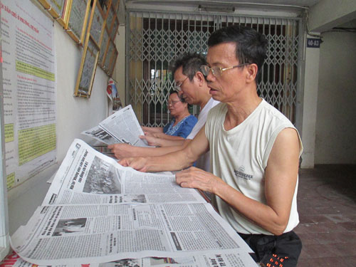 anh 1 - Ba con KTT A3 Nghia Tan doc bao tai Cau thang Van hoa
