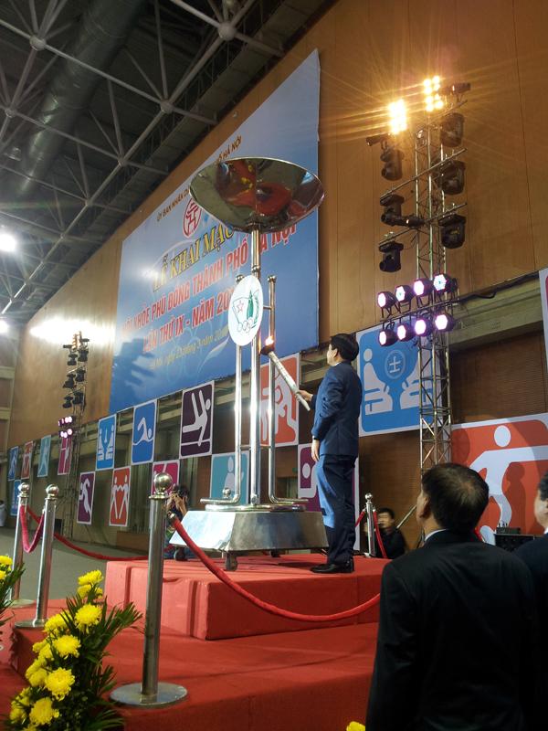 Đồng chí Nguyễn Đức Chung - CHủ tịch UBND TP Hà Nội thắp lên ngọn đuốc tại Hội khỏe Phù Đổng Thành phố lần thứ IX.