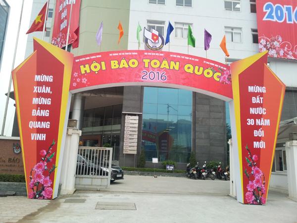 Cổng vào trụ sở Hội Nhà báo Việt Nam đang trong quá trình trang trí chuẩn bị cho Hội Báo toán quốc 2016.