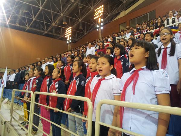 Các em học sinh hát vang bài ca Hội khỏe Phù Đổng.