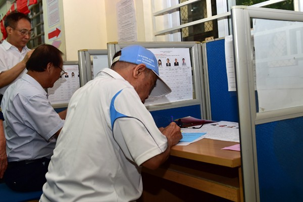 Cử tri phương Đồng Tâm, quận Hai Bà Trưng, Hà Nội lựa chọn những ứng cử viên xứng đáng. Ảnh: VGP/Nhật Bắc