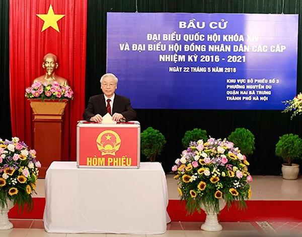 Tổng Bí thư Nguyễn Phú Trọng bỏ phiếu bầu cử đại biểu Quốc hội, HĐND các cấp - Ảnh: PLVN