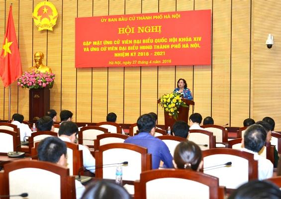 Đồng chí Nguyễn Thị Bích Ngọc, Phó Bí thư Thành ủy, Chủ tịch Hội đồng nhân dân TP, Chủ tịch UB Bầu cử TP Hà Nội phát biểu tại Hội nghị.