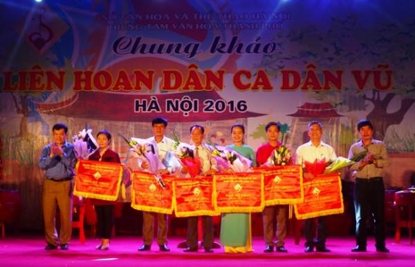 Đại diện các huyện nhận cờ và hoa của ban tổ chức.