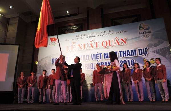 Ông Trần Đức Phấn nhận cờ từ Bộ Trưởng Nguyễn Ngọc Thiện