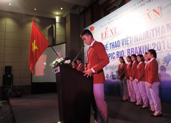 VĐV Vũ Thành An (đấu kiếm) - là người cầm cờ đoàn TTVN trong lễ khai mạc Olympic 2016