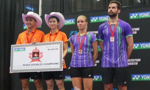 Cặp đôi Đỗ Tuấn Đức – Phạm Như Thảo (trái) trên bục vinh quang ở giải Canada mở rộng 2016