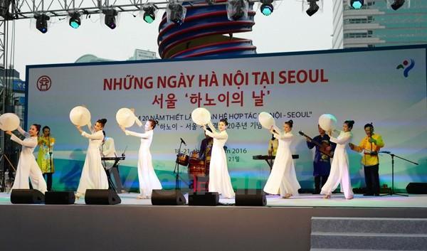 Đoàn nghệ thuật Hà Nội biểu diễn tại chương trình 'Những ngày Hà Nội tại Seoul 2016