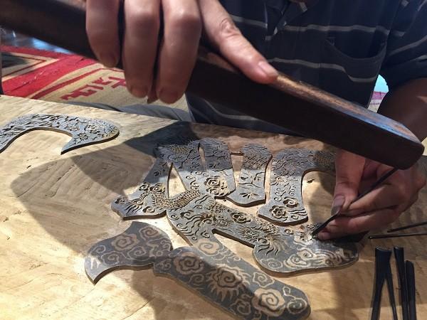 Con trai nghệ nhân Nguyễn Đăng Chế làng tranh Đông Hồ đang khắc mộc bản mới - đây là một cách lưu giữ và phát triển nghề truyền thống