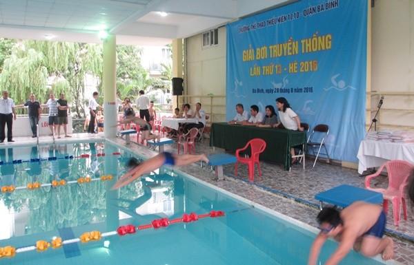 Môn Bơi được chia làm 10 lớp, mỗi lớp tối đa là 100 học sinh, mỗi ca 1 tiếng