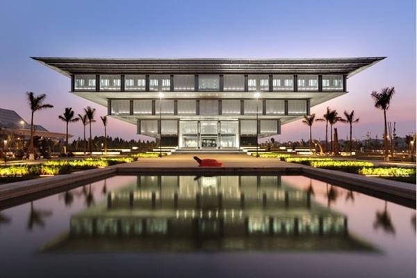 Nằm trong danh sách 36 bảo tàng có kiến trúc đẹp nhất thế giới do Tạp chí Business Insider bình chọn, Bảo tàng Hà Nội nổi bật với kiến trúc hình kim tự tháp ngược với cầu thang xoắn ốc bên trong đưa du khách tham quan các khu trưng bày.