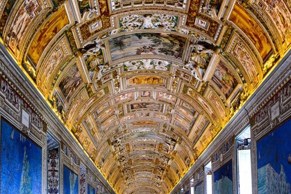 Như một phần còn lại của Vatican, bảo tàng của thành phố sẽ tạo sự choáng ngợp cho du khách với các bức bích họa đầy màu sắc