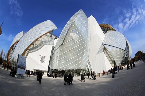 Bảo tàng Louis Vuitton (Paris - Pháp) là tác phẩm khác của Frank Gehry với lối kiến trúc khá đặc biệt và tràn đầy ánh sáng
