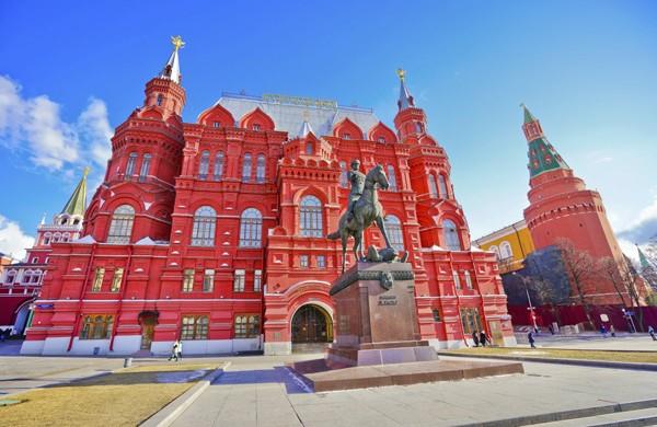 Bảo tàng Lịch sử quốc gia Moscow nằm ngay phía bên phải Quảng trường Đỏ với màu sắc nổi bật