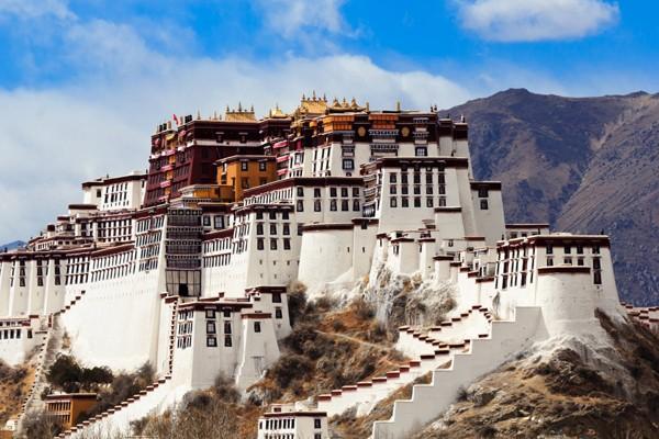 Cung điện Potala ở Tây Tạng là nơi ở chính của Đức Đạt Lai Lạt Ma cho đến năm 1959. và bây giờ nơi ấy trở thành một bảo tàng của Phật giáo.