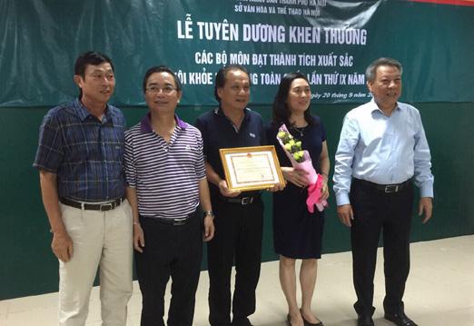 Giám đốc Sở VH- TT Hà Nội Tô Văn Động tặng Bằng khen cho Trung tâm Huấn luyện và thi đấu TDTT