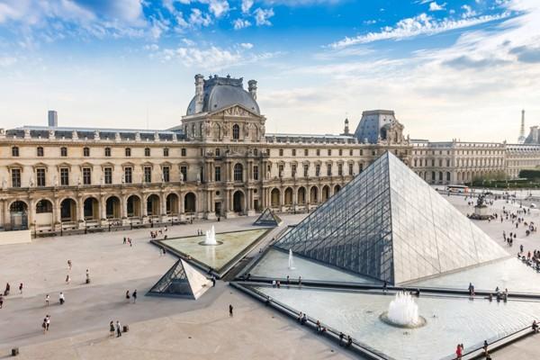 Louvre (Pháp) là bảo tàng lớn nhất thế giới nổi tiếng với một kim tự tháp kính hiện đại nằm ở giữa sân Napoléon. Trong bộ sưu tập của bảo tàng Louvre hiện nay có những tác phẩm nổi tiếng bậc nhất của lịch sử nghệ thuật cùng các hiện vật giá trị về những nền văn minh cổ. Louvre cũng là một bảo tàng thu hút khách du lịch nhiều nhất thế giới.