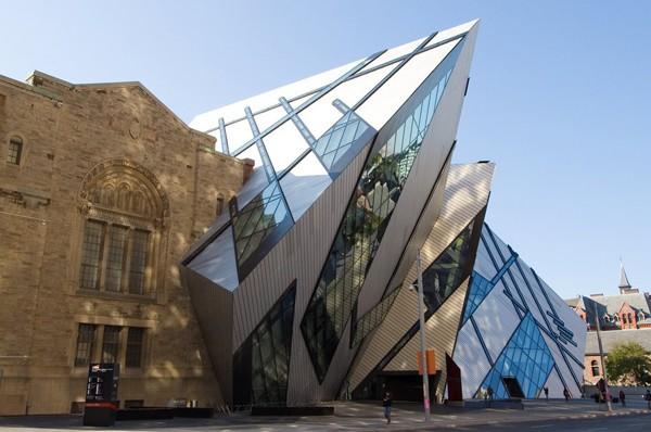 Royal Ontario là bảo tàng lớn nhất của Canada, nhìn từ bên ngoài, bảo tàng trông giống như một khổi pha lê nhô ra từ đá