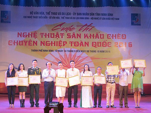 Trao Bằng khen của HNSNK Việt Nam cho 10 diễn viên xuất sắc nhất