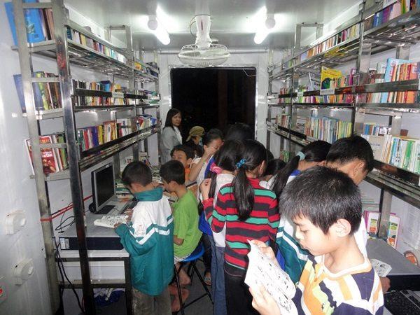 Xe thư viện lưu động phục vụ các em học sinh tại Yên Bái - đây là một mô hình hiệu quả
