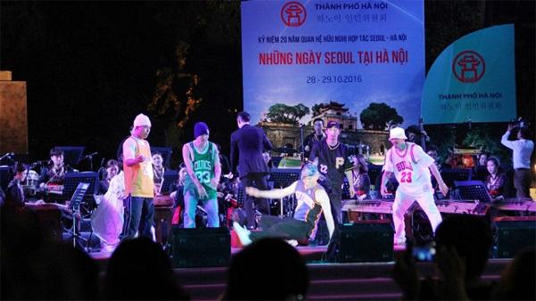Nhóm B-boy Drifterz Crew đem đến điệu nhảy sôi động trên nền nhạc cụ truyền thống