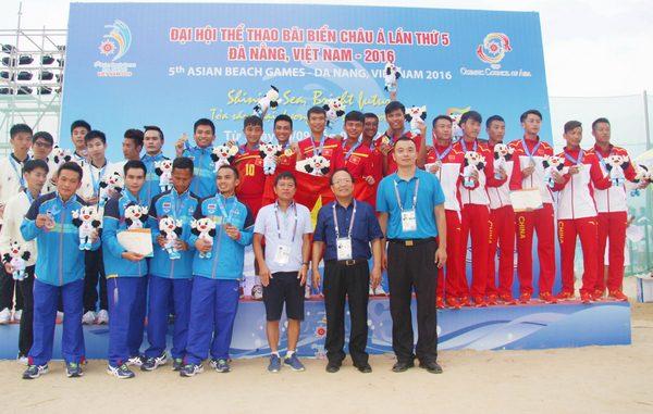 Chủ tịch UB Olympic Việt Nam, Hoàng Tuấn Anh trao huy chương nội dung đá cầu đồng đội nam