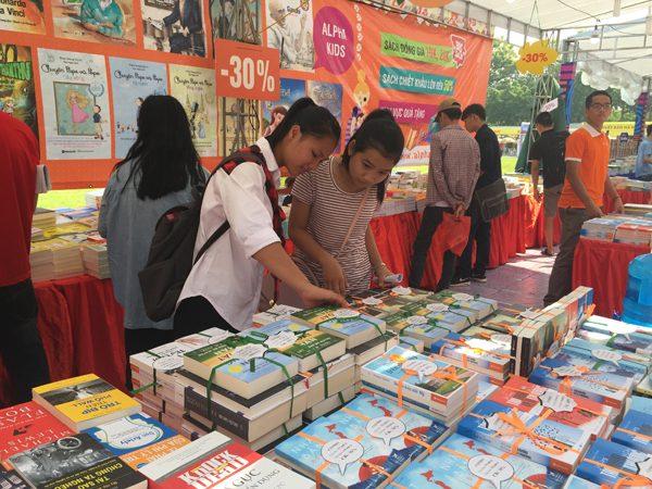 Tại Hội sách, rât nhiều gian hàng giảm giá, khuyến mại các xuất bản phẩm để bạn đọc lựa chọn