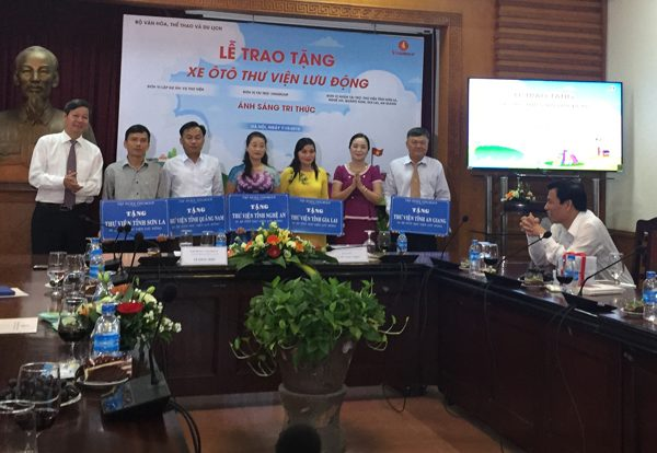 Lễ trao tặng xe ô tô thư viện lưu động cho 5 tỉnh