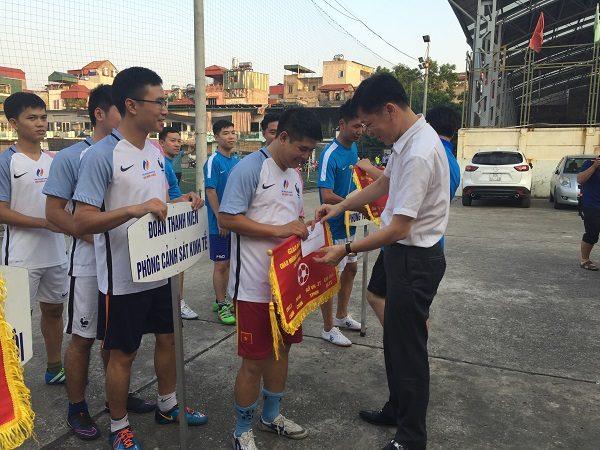 Tặng cờ lưu niệm cho các đội bóng tham gia Giải