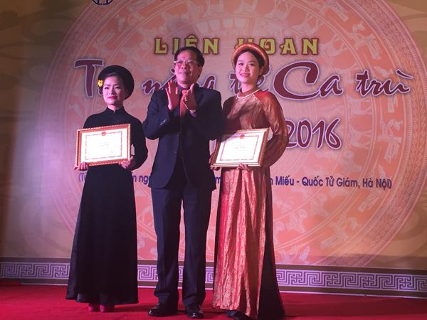2 thí sinh đạt Giải Tài năng xuất sắc: Nguyễn Thu Thảo (Giáo phường Ca trù Thái Hà) - phải và Đinh Thị Vân (CLB Ca trù Lỗ Khê) - trái