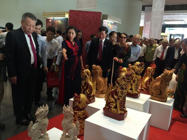 Các đồng chí lãnh đạo tham quan triển lãm
