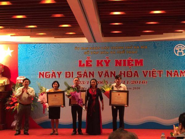 Trao chứng nhận Di tích quốc gia cho đại diện của 3 di tích của Hà Nội