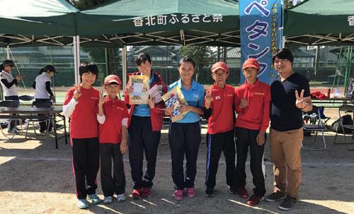 Trưởng đoàn Đặng Xuân Vui (ngoài cùng bên phải) và các VĐV Hà Nội (áo xanh) giao lưu với các VĐV nhí tại Kochi (Nhật Bản)