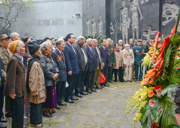 Đoàn dâng hương tại Đài tưởng niệm