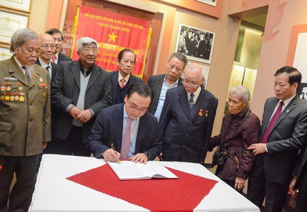 Đồng chí Hoàng Trung Hải - Ủy viên Bộ Chính trị, Bí thư Thành ủy Hà Nội ghi cảm tưởng trong buổi gặp mặt