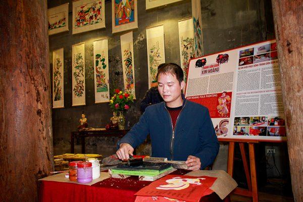 Giới thiệu và trình diễn tranh dân gian tại đình Kim Ngân. Ảnh: Hanoimoi.com