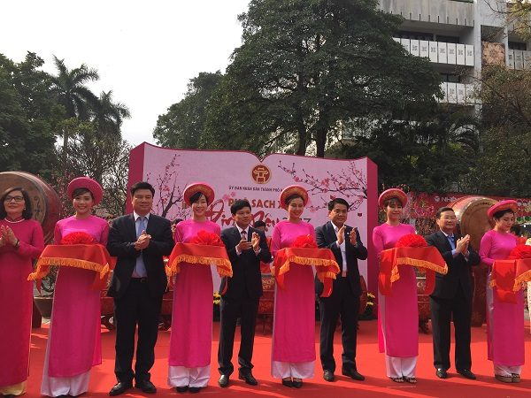 Các đại biểu cắt băng khai mạc Phố Sách Xuân Đinh Dậu 2017