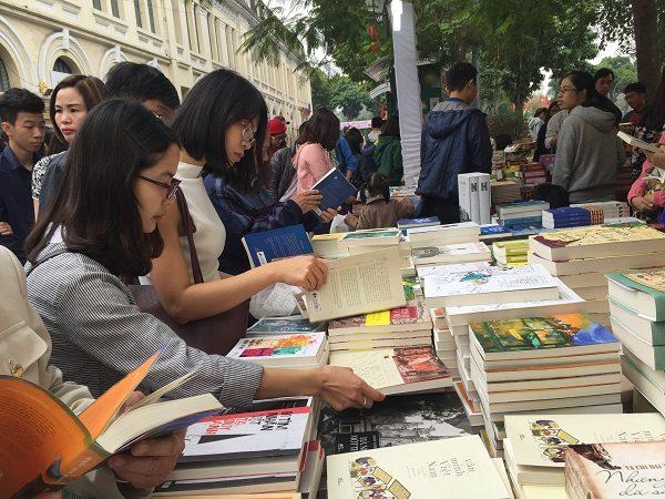 Các gian hàng tấp nập các khách hàng đến tìm mua sách