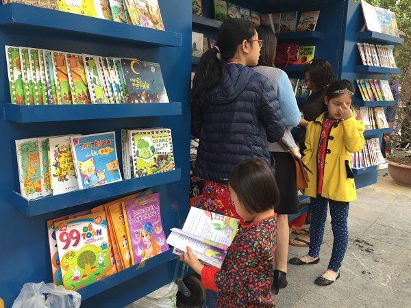 Các quầy sách lưu động cũng thu hút nhiều bạn đọc