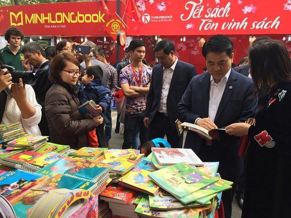 Chủ tịch UBND TP Nguyễn Đức Chung tham quan Phố sách Xuân 2017