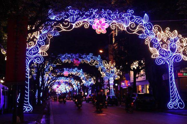 Năm nay, việc trang trí đường phố Hà Nội đã giảm thiểu một cách tối đa việc giăng ngang đường, xanh - đỏ lòe loẹt