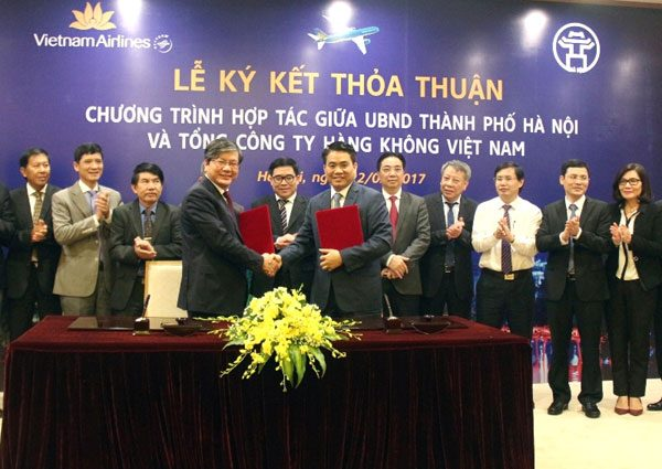 Chủ tịch UBND TP Nguyễn Đức Chung và Chủ tịch HĐQT Vietnam Airlines Phạm Ngọc Minh ký kết thoả thuận hợp tác. Ảnh: Gia Huy