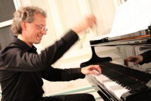 Nghệ sĩ dương cầm nổi tiếng người Áo Robert Lehrbaumer biểu diễn tại Hà Nội