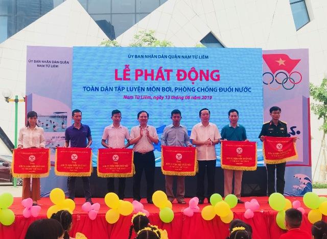Sở Văn hóa và Thể thao Hà Nội tặng Cờ thi đua về thể dục thể thao cho các đơn vị, tập thể và cá nhân quận Nam Từ Liêm