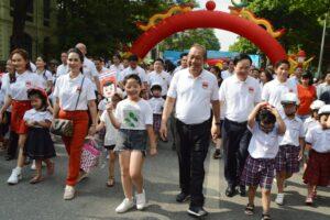Đi bộ vận động toàn dân 'Đội mũ bảo hiểm cho trẻ em'