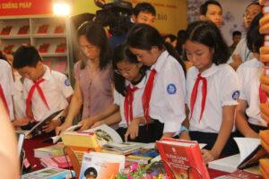 """Thư viện Hà Nội trưng bày sách, báo """"Hà Nội – Thủ đô anh hùng, Thành phố vì hòa bình"""""""