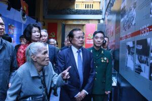"""Khai mạc trưng bày """"Thắp lửa niềm tin"""" và triển lãm """"Tự hào 90 năm Đảng bộ thành phố Hà Nội"""""""