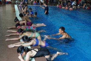 Cầu Giấy dạy bơi miễn phí cho trẻ em