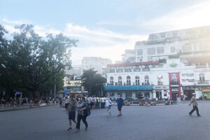 Hà Nội khuyến cáo ăn mặc lịch sự, ứng xử văn hóa tại phố đi bộ hồ Gươm