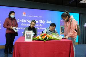 """Nhà văn Nguyễn Nhật Ánh ký tặng độc giả Hà Nội nhân kỷ niệm 25 năm ra mắt """"Kính vạn hoa"""""""